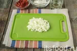 Затем почистим луковицу, порежем ее мелкими кубиками.