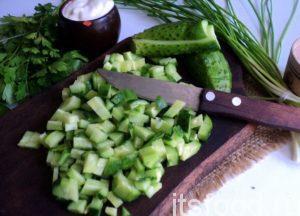 Свежие огурцы также измельчите на квадратики, оставьте от всей порции один огурец и одно яйцо.