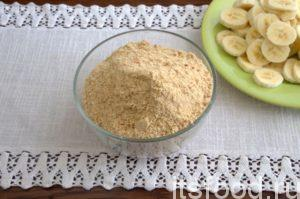 С помощью кулинарного блендера измельчаем песочное печенье.
