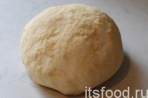 Получается не очень крутое тесто, которое хорошо держит форму и не расползается в руках. Если тесто жидкое – добавьте еще до стакана муки.