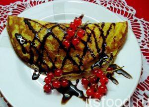 Сверху блинчики с мороженым украсить (по желанию) струйками растопленного шоколада и веточками красной смородины.