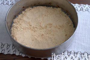 Начинаем формировать торт: разделяем песочную массу на 3 части, одну из них выкладываем на дно съемной формы. Тщательно приминаем массу ложкой.