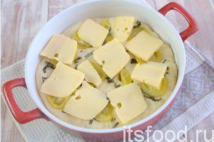 Измельчаем сыр, используем молочный продукт любого сорта. Распределяем его по всему периметру пирога.