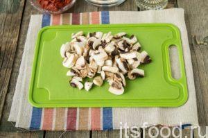 Шампиньоны помоем и почистим. Нарежем их крупными пластинками, чтобы они хорошо чувствовались в блюде.