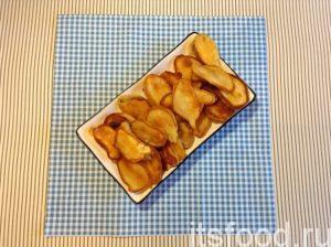 Готовые оладьи с персиком желательно выкладывать равномерным слоем на тарелку, чтобы они, остывая, немного подсохли.