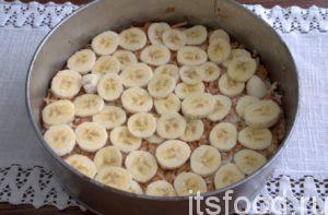 Выкладываем ½ часть свежих бананов.