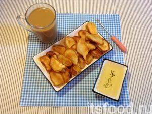 Подавайте персики в кляре на завтрак с медом, корицей, орехами, джемом, свежими фруктами, сливками или мороженым.