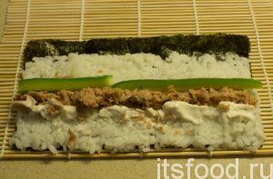 На середину, по всей длине листа раскладываем начинку (тунца, сыр и полоски огурца).