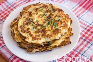 Раскаленную сковороду смажьте подсолнечным маслом. Поварешкой вылейте тесто на сковороду. Обжарьте сырные блинчики с двух сторон.