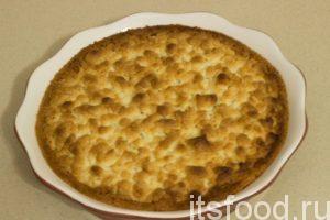 Продолжить выпекать пирог при той же температуре до золотистой корочки (примерно 20 минут). После выпекания, вынуть пирог из духовки и оставить остывать. Важно, не трогать пирог пока он полностью не остынет.