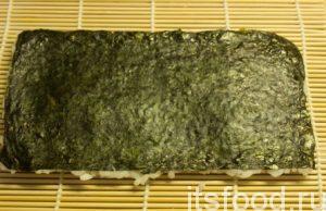 Рис легонько прижать ладонью. Аккуратно перевернуть лист.