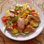 salat s kuricej i ovoshchami