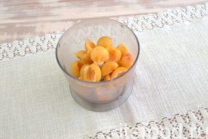 Извлекаем косточки из чистых абрикосов. Выкладываем их в чашу блендера и измельчаем до состояния пюре.