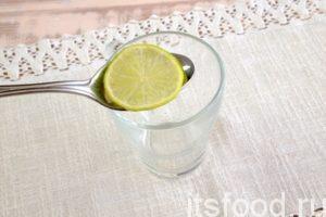 В стеклянную чашу выкладываем лайм.