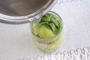 Готовим сладкий маринад: вводим в сотейник с водой рафинад и соль, доводим массу до кипения. Заливаем емкости с ассорти кипящей жидкостью, накрываем крышкой и стерилизуем в духовке (110 градусов) 15-17 минут.