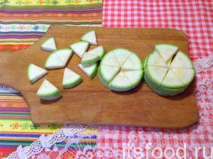 Все овощи помойте. Половину помытого кабачка порежьте круглыми дисками толщиной около 5 мм. Затем каждый разрежьте на 6 долей одинакового размера.