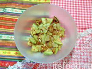 Жареную кабачковую нарезку переложите в миску или салатник, чтобы она быстрее остыла.