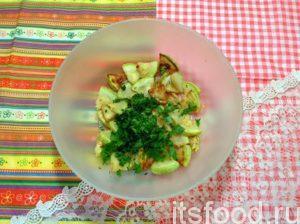 К жареным кабачкам добавьте мелко рубленую зелень.