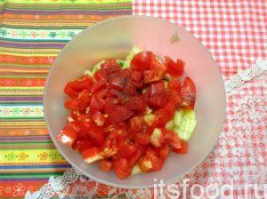 Всыпьте соль и перец, перемешайте. Салат из жареных кабачков ничем не нужно заправлять, достаточно того масла, в котором томился кабачок.