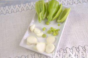 Извлекаем семена из сладкого перца, шинкуем чили и лук.