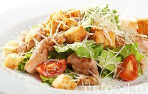 Посыпаем красиво сухарики. Трем сыр и посыпаем салат «Цезарь» с курицей по классическому простому рецепту.