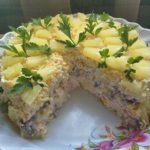 sloenyy salat s kuricey i ananasami