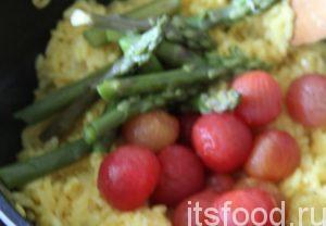 После добавить кусочки спаржи и очищенные томаты. И вот ризотто с шафраном, спаржей и помидорами черри готово!