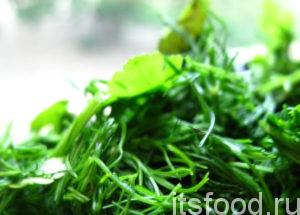 Зелень помыть, отряхнуть от воды и мелко нарубить ножом. Бросить к овощам вслед за чесноком. Заправить все специями и солью, смешать ложкой, обжаривать до готовности, периодически помешивая.