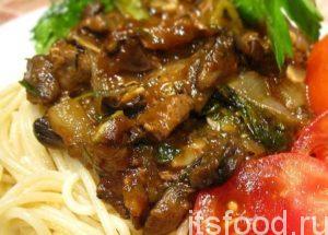 Печень с овощами выложить на одну тарелку или порционно добавить к спагетти. Подавать к столу в горячем виде! Приятного аппетита!