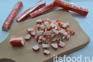 Как приготовить крабовый салат? Основа салата – крабовые палочки. Нарезаем крабовые палочки квадратиками.