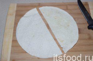 Чтобы приготовить «ленивые» чебуреки быстро и вкусно, нужно лаваши разрезать пополам. Лаваши можно взять любого размера. Главное, чтобы они были тонкие! В рецепте лаваши диаметром 24 см.