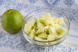 Сначала подготовьте начинку для слоек из слоеного теста с яблоками. Для этого помойте фрукты, очистите кожуру. Разрежьте яблоки пополам, удалите сердцевину и косточки. Нарежьте яблоки средними кусочками. Изюм на минуту залейте кипятком, потом слейте воду.