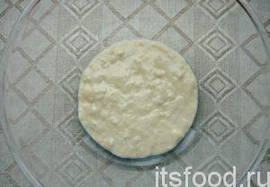 Итак для булочки к чаю на скорую руку нужно из сахара, 3 ст. л. ложек муки, теплой сыворотки, соли и активных дрожжей замесить опару.