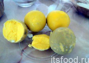 Итак начините готовить печенье «Трюфель» по нашему рецепту с того, что заранее отварите яйца, отделите желток, белок, кстати, можно начинить чем-то и получится интересная закуска.
