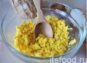 Отделенные желтки перетрите ложкой или вилкой в крошку.