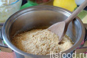 Соединяем искрошенное печенье с теплым маслом, перемешиваем.