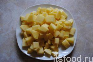 Примерно через час, как горох станет мягким, высыпаем в кастрюлю нарезанный картофель. Солим блюдо.