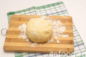 Всыпаем муку. Вымешиваем нежное тесто. Если липнет к рукам, можно подсыпать муки на стол, после чего сформировать колобок. Пусть немного постоит, пока будем готовить клубнику и безе.