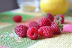 Малину перебираем, отрываем хвостики, промываем и раскладываем ягоды на полотенце обсыхать.