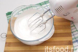 Охлажденные белки двух яиц хорошенько взбиваем миксером с 200 г сахара.