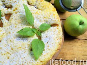 По истечении времени, дайте грушево-яблочному пирогу в мультиварке на скорую руку отдохнуть три минуты, затем доставайте его.