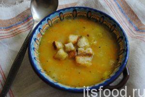 Подаем сытный гороховый суп на копченостях с сухариками!