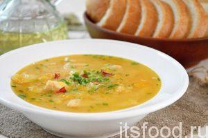 Вкусный гороховый суп с курицей готов, подаем его с гренками.