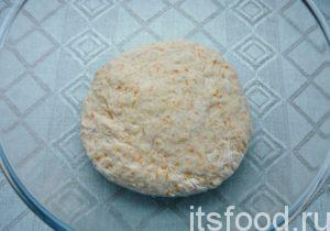 Замесить (как бы собирая внутрь) эластичное тесто. Накрыть тесто салфеткой и отставить на 15-25 минут в тихое место.