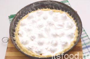 Сверху клубнику заливаем взбитыми с сахаром белками. Выпекаем в разогретой до 150˚C духовке. Именно при такой температуре и песочный торт будет пропекаться, а безе будет подсушиваться. Когда края песочного торта с безе хорошо зарумянятся, вынимаем из духовки. Даем хорошо остыть. Неровные края пирога украшаем пластинками клубники. Получается яркий и аппетитный пирог с ягодами на скорую руку