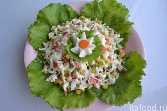 Крабовый салат - рецепт классический с огурцом и кукурузой
