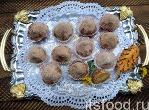 Выложите готовое печенье «Трюфель» на вареных желтках на плоскую тарелку. Украсьте по желанию.