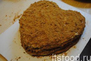 Далее верх также смазываем и обильно посыпаем крошкой. Даем торту-медовик «Сердце» возможность пропитаться на протяжении нескольких часов. В холодильник не ставим.