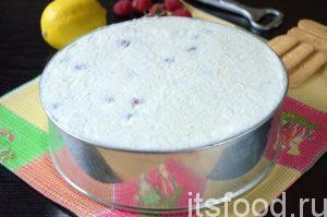 Получившийся творожный крем с малиной выкладываем в форму и равномерно распределяем по коржу. Ставим творожно - бисквитный торт с малиной для застывания в холодильник до утра.