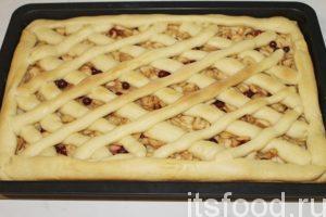 Сверху смазываем пирог белком или теплым молоком. Оставляем в теплом месте еще минут на 30, чтобы тесто подошло. Ставим в хорошо прогретую духовку. Через 30-40 минут пирог должен пропечься.